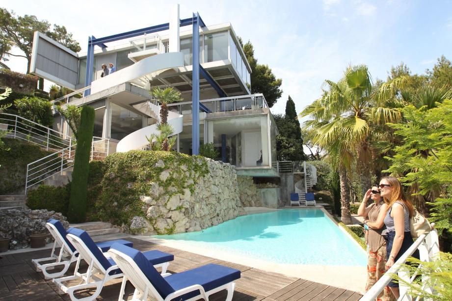 Ci-dessus une vue générale de la villa depuis la piscine qui a été ajoutée il y a quelques années. Ci-dessous, la vue panoramique depuis l'entrée.