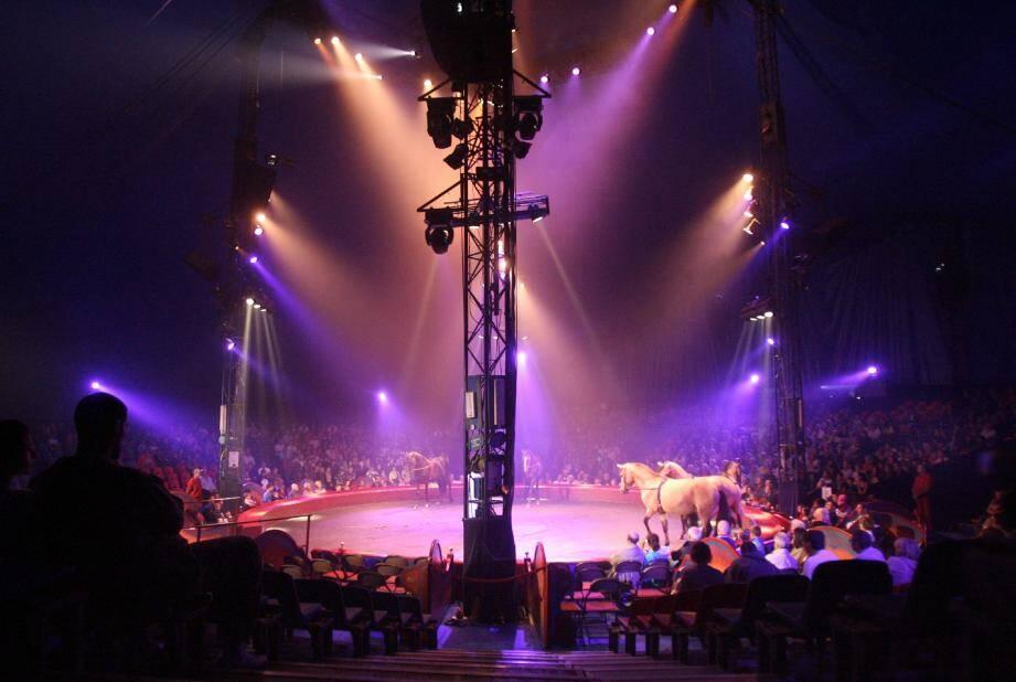 Sous le chapiteau, le spectacle est féerique. En coulisses, l'ambiance est étonnamment détendue à l'image de Monsieur Loyal (en haut). (Photos A. B.-J.)