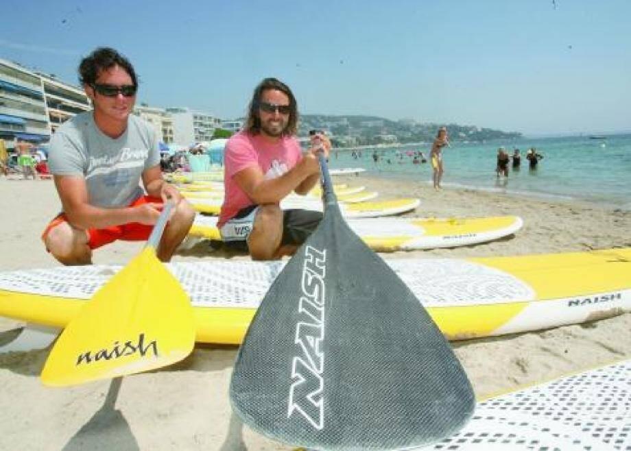 Julien et Manuel, responsable de la location, sont présents chaque jour de l'été sur la plage du Moure Rouge.(Photo A. B.-J.)