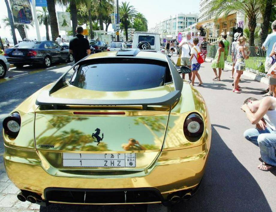 Une voiture de luxe venue du Moyen-Orient stationnée à Cannes en 2009. D'ordinaire, la Cité des festivals est prisée des riches familles moyen-orientales l'été. Mais bien que située à quatre kilomètres seulement, Antibes-Juan-les-Pins n'a jamais beaucoup attiré les rois du pétrole. La station ne devrait donc pas beaucoup souffrir du Ramadan qui débute aujourd'hui.(Photo A. B.-J.)