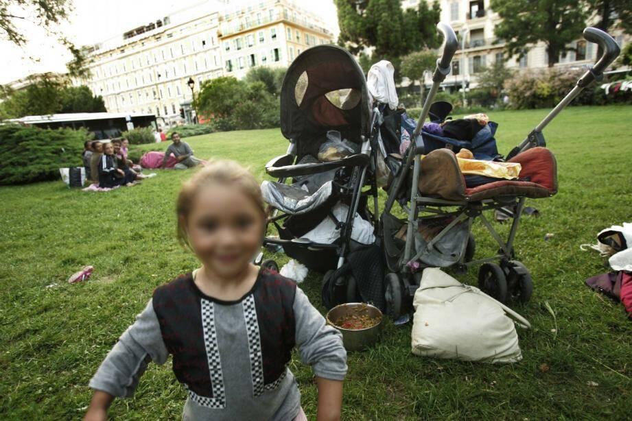 Les Roms installés derrière derrière le forum Jacques-Médecin sont persona non grata selon la mairie. (Photo Laurent Carré)