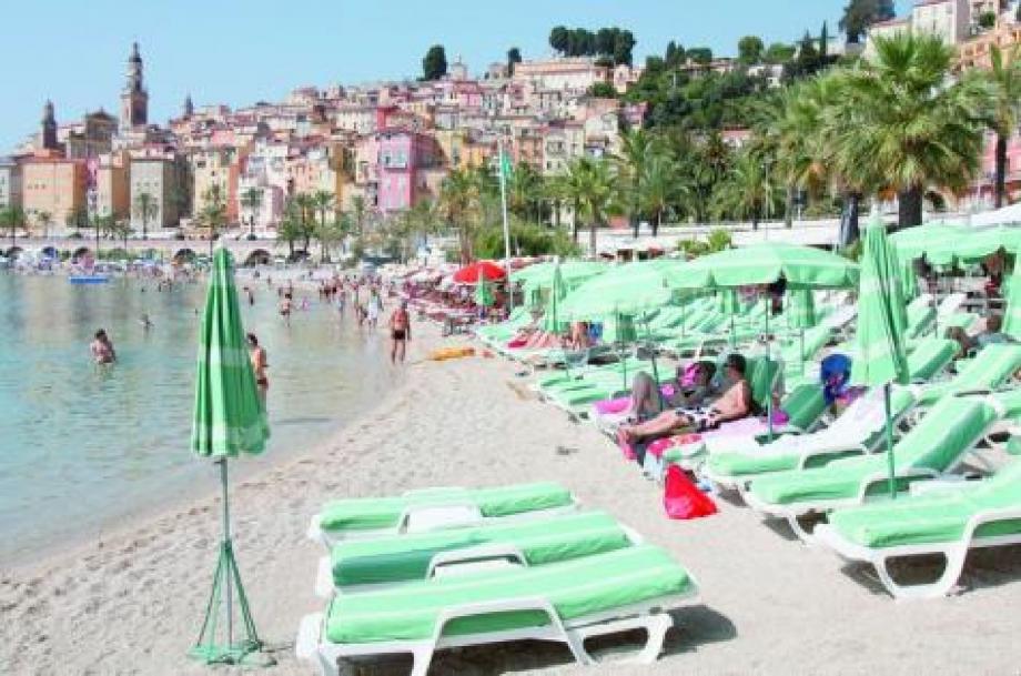 Les plagistes de Garavan attendent leur clientèle italienne d'août avec impatience.