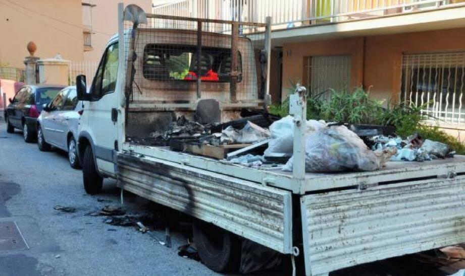 Les pneus contenus dans la benne du camion ont produit des flammes impressionnantes.(Photo Olivier Poisson)