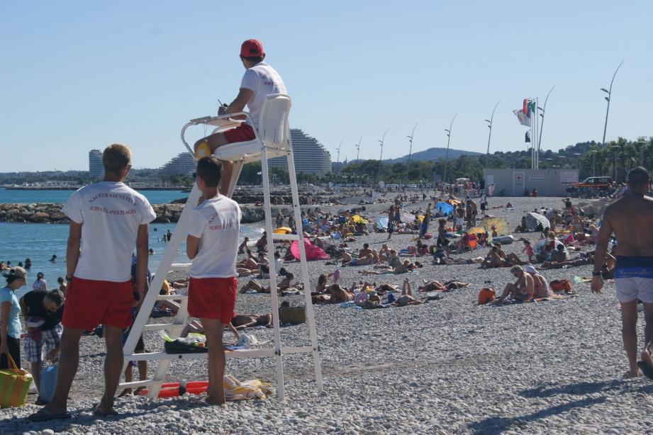 Les surveillants de plage ne vous lâchent pas des yeux. À vous quand même de vérifier les drapeaux avant de vous jeter à l'eau. (Photos Mo.Q.)