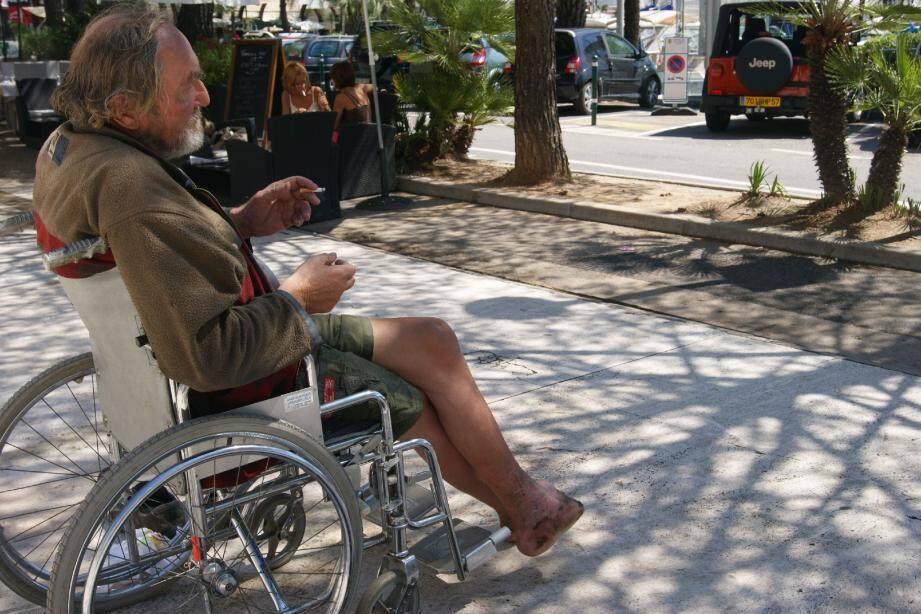 Au milieu des restaurants et des yachts, il y a Loulou sur son - nouveau - fauteuil roulant. (Photo Mo.Q.)