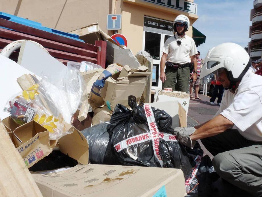 Depuis janvier dernier, la brigade verte municipale traque méthodiquement les pollueurs sans scrupules.(Photo Gaëlle Arama)