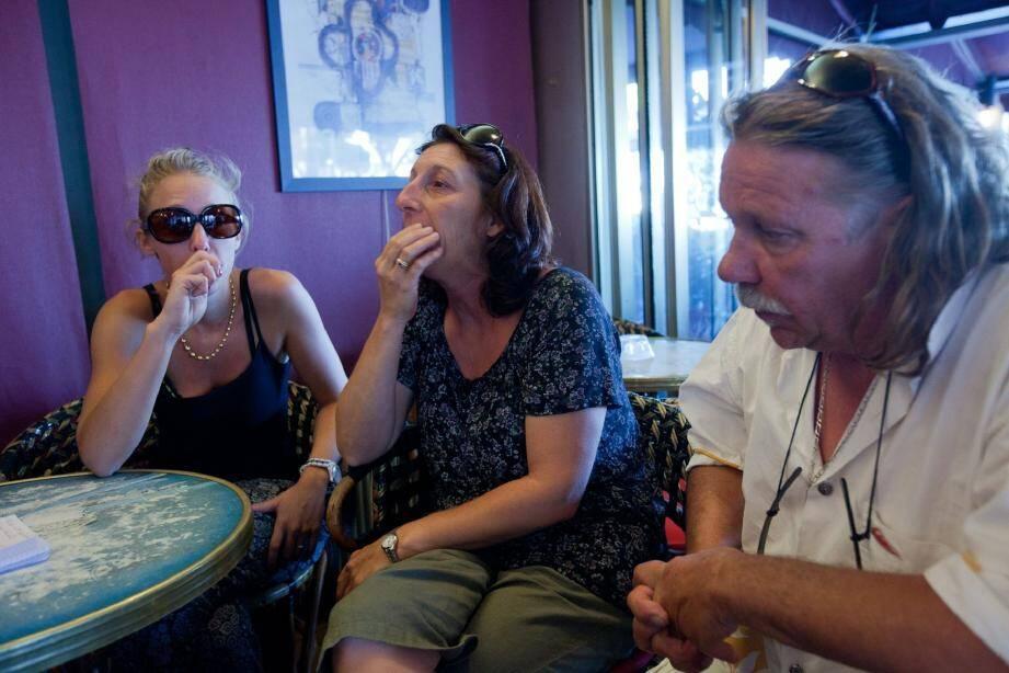 C'est dans un café de Bandol que Marie-Laure Roux, sa mère, Frédéric Raymond, son père, et Fannie, sa petite sœur, ont accepté de répondre à nos questions. L'accident de la route en Italie samedi matin, les a privés d'un fils et frère. (Photo Dominique Leriche)