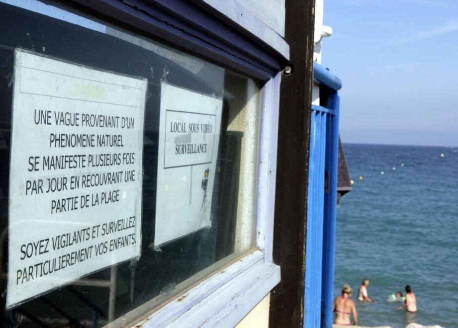 Les baigneurs sont avertis sur la plage de la Pierre-au-Tambour à Villeneuve-Loubet de ce phénomène naturel et inexpliqué.(Photo Grégoire Albertini)