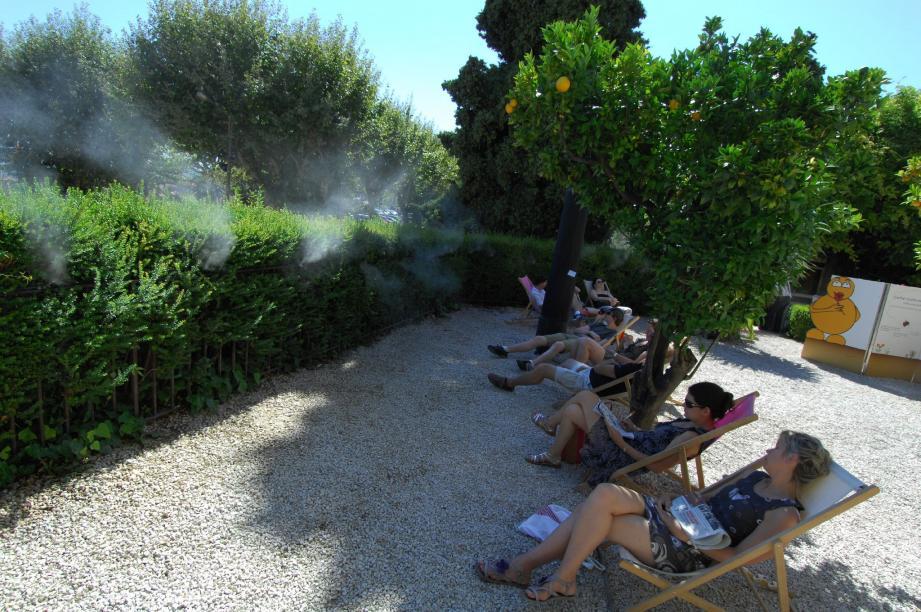 Pschiiit ! Quelques secondes suffisent pour embaumer l'air. Une brume aromatisée sort de plusieurs endroits des buissons.