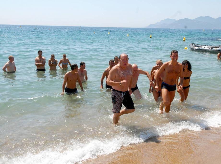 Plage du Riou, un bain collectif réunissait élus, employés de mairie et professionnels du tourisme pour défendre l'image d'une eau de baignade de qualité à Cannes.(Photo Gilles Traverso)