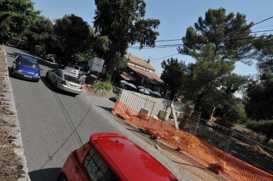 Avec la rentrée scolaire qui approche, la circulation devant le bar des Chênes s'annonce plus que compliquée.