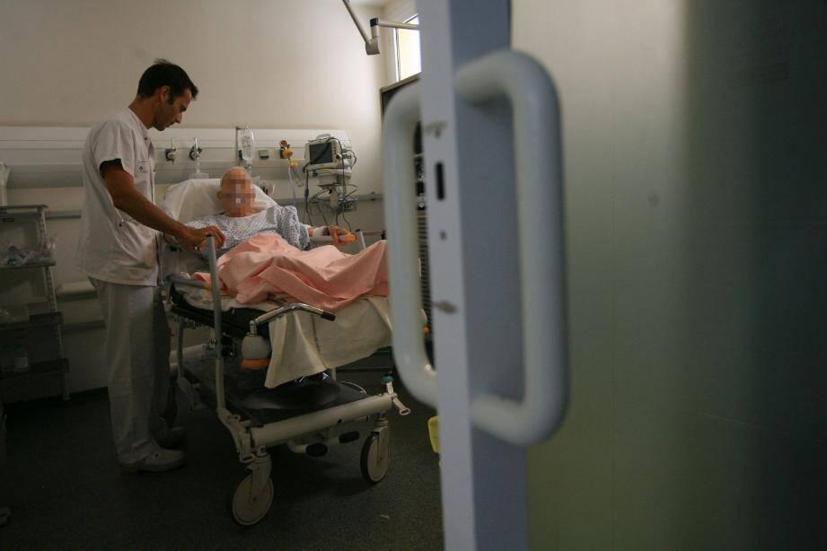 Le docteur Pierre Olivier souligné qu'en période de forte chaleur l'hypothèse d'une déshydration est envisagée dès qu'une personne âgée est admise aux urgences.(Photos Franz Bouton)