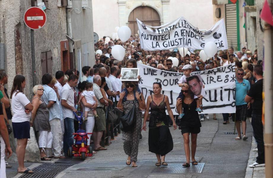 « Une marche silencieuse pour faire du bruit » . La banderole en ouverture du cortège était accompagnée d'une autre en italien : « Frères italiens, aidez-nous à rendre justice » .(Photo Eric Estrade)