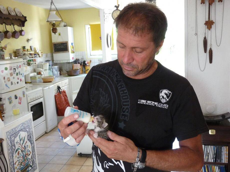 Thierry Bouimoute, vice-président de l'association GALA, prend soin d'un petit rescapé.(Photo X.S.)