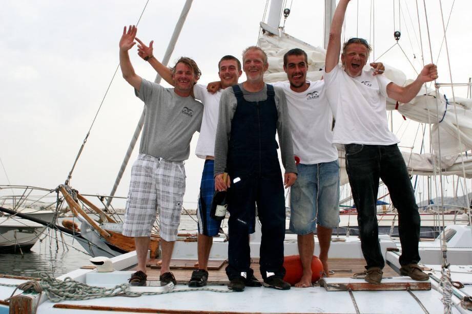 Au centre, Jacques, le capitaine, entouré de gauche à droite de Gilles, Alexis, Sune et Christophe. Cinq loups de mer unis comme les doigts de la main.(Photos DR)