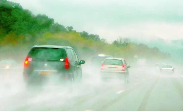 Par temps de pluie, il faut redoubler de prudence au moment de freiner pour éviter les glissades.
