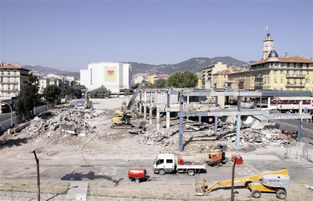 Le mois d'août n'a pas ralenti l'activité sur le chantier de démolition de la gare routière qui est entré dans son ultime phase.