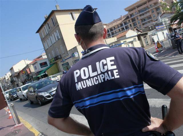 Un policier municipal de Cannes.