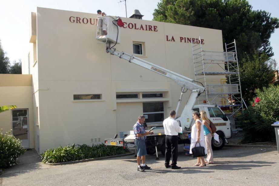 Le groupe scolaire de la Pinède du Cros-de-Cagnes, de même que l'ensemble des établissements cagnois a subi une série d'aménagements pour la rentrée (ravalement de façade, rénovation de classes, éclairages à économies d'énergies, etc.).(Photo Léa Laude)