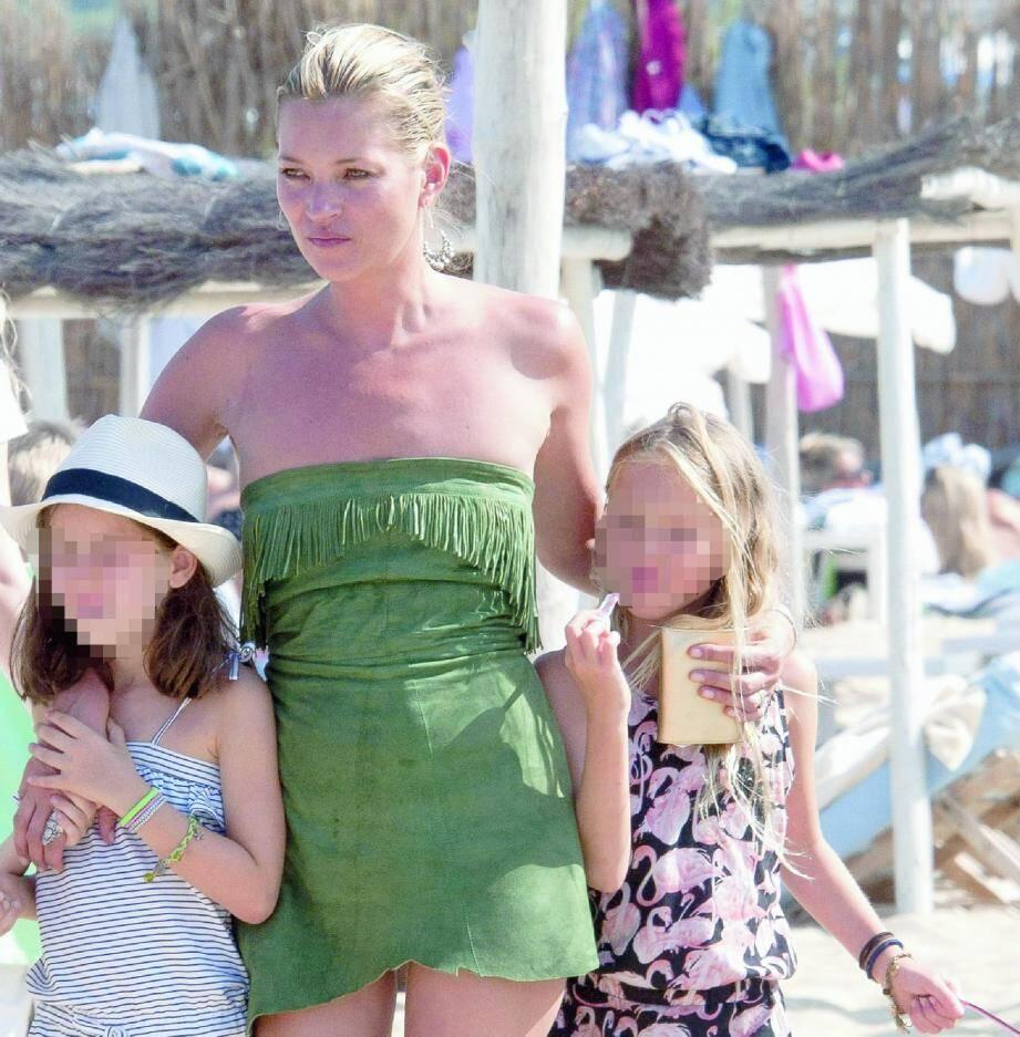 Kate Moss a passé une bonne partie de son été dans la presqu'île tropézienne visiblement plus intéressée par le sable de Pampelonne que la terre du vignoble de Provence...(Photo doc J.-M. Rebour)