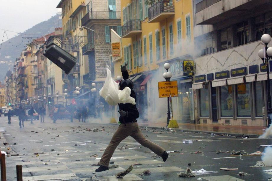 Une image que les autorités ne veulent plus revoir : en décembre 2000, avenue de la République, la contestation lors du Sommet de Nice avait dégénéré.