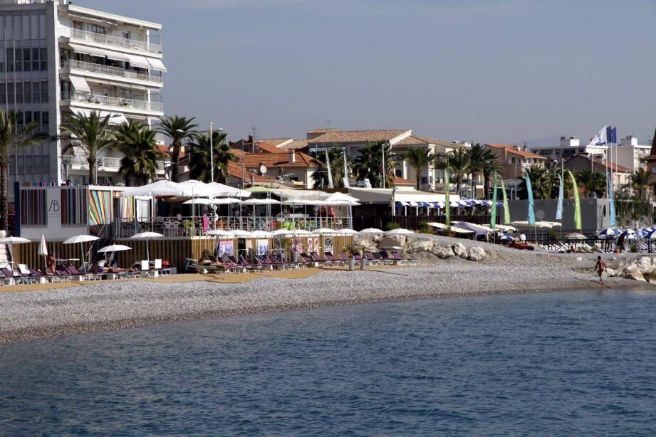 Les patrons des restaurants de plages, qui ont bien marché cet été, sont unanimes : le démontage serait trop coûteux et rendrait l'ensemble des structures trop fragile.(Photo Grégoire Albertini)