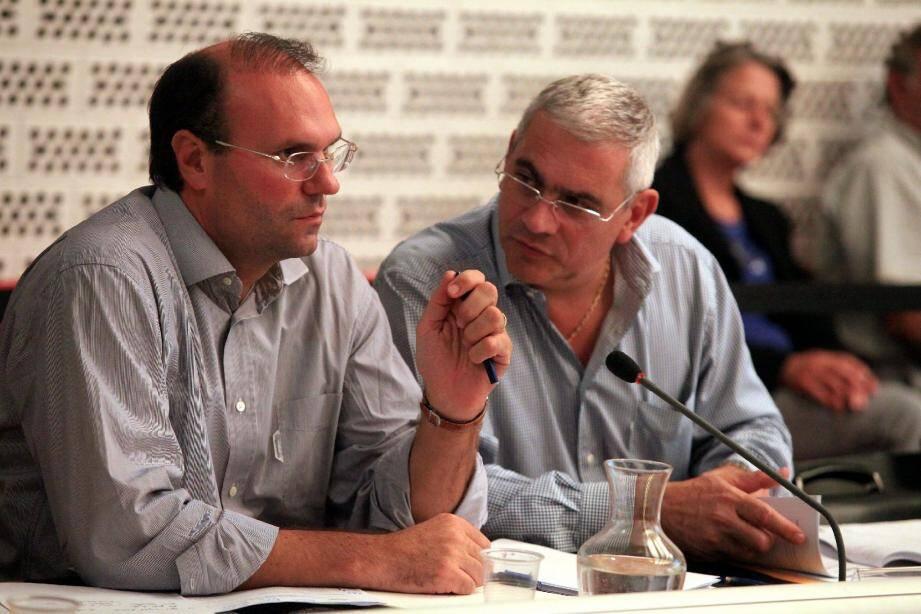 Seule joute verbale de la soirée, celle entre Marc Daunis (à droite) et Julien Dethève du groupe UMP «Ensemble au cœur de vos idées », au sujet des logements sociaux.Photos Cyril Dodergny