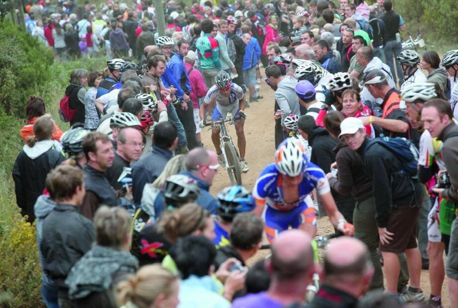 Le col du Bougnon, juge de paix du Roc d'Azur. Chaque année, ils sont des milliers à suivre l'ascension des champions. Des allures d'étape de montagne de la Grande Boucle !(Photos doc Philippe Arnassan)