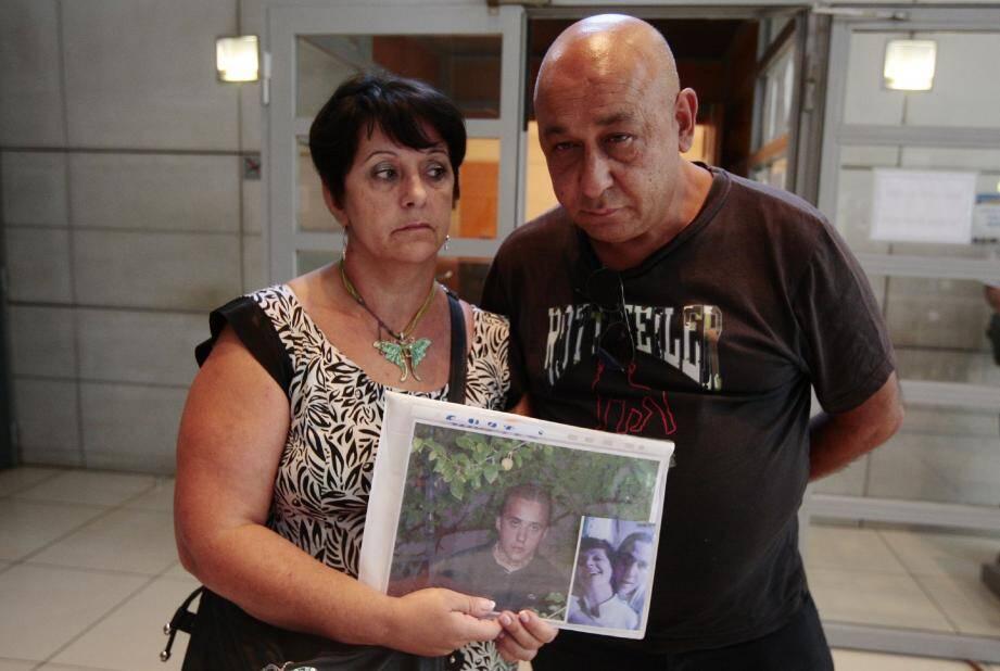 Roselyne et Joseph Modolo exhibent deux photos de leur fils.