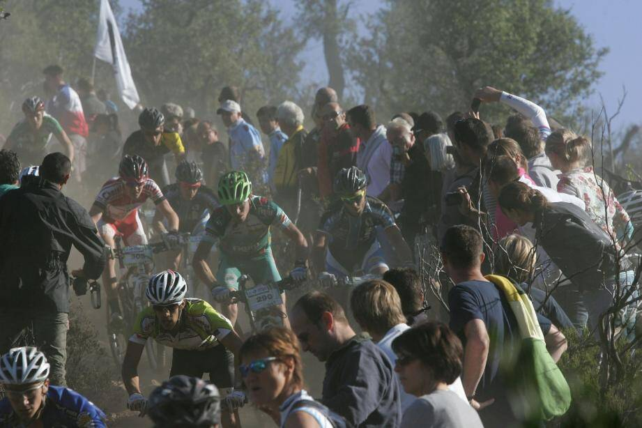 La descente du Fournel, l'un des juges de paix du Roc d'Azur. Des centaines de spectateurs s'y amassent chaque année pour suivre les efforts des concurrents.(Photo Philippe Arnassan)