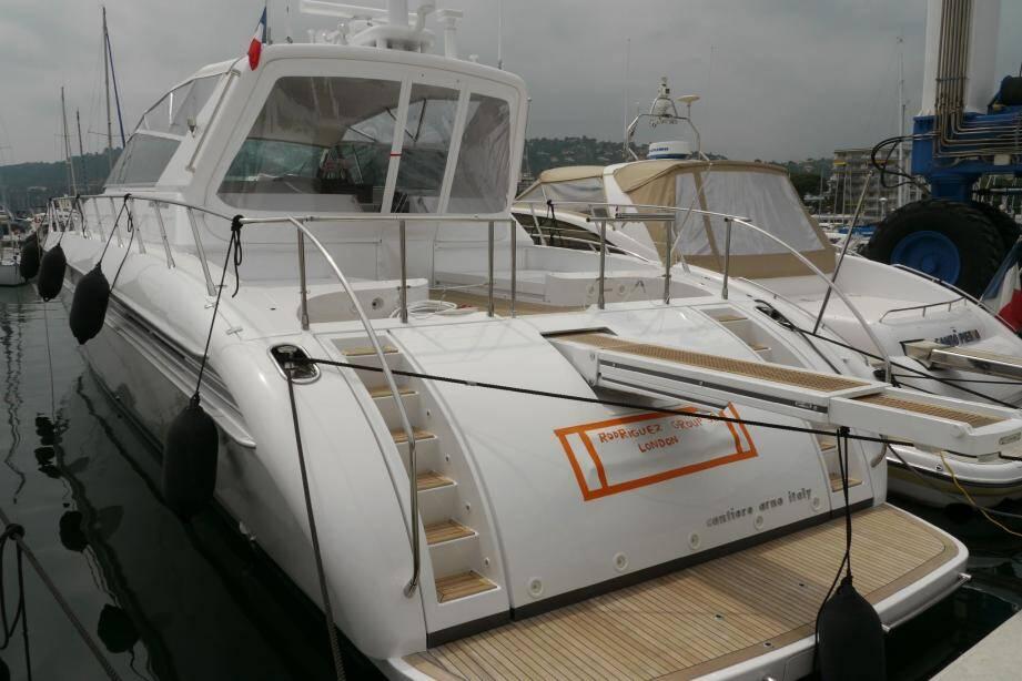 C'est sur ce yacht, Atlas , mais également à bord du Yes et du Bono , amarrés à Golfe-Juan, que Michel Campanella et plusieurs autres figures du milieu marseillais avaient été interpellés début juin 2010.(Photo La Provence/Thierry Garro)
