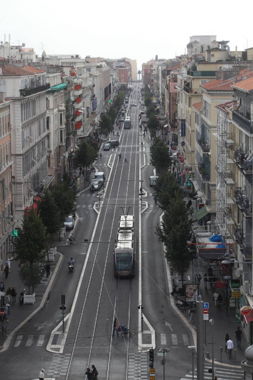 Piétonnisée de la place Masséna à Clemenceau, l'avenue Jean-Médecin le sera en totalité à la fin 2012. Les derniers travaux démarrent ce mois de novembre tout en haut de l'Avenue.(Photo Richard Ray)