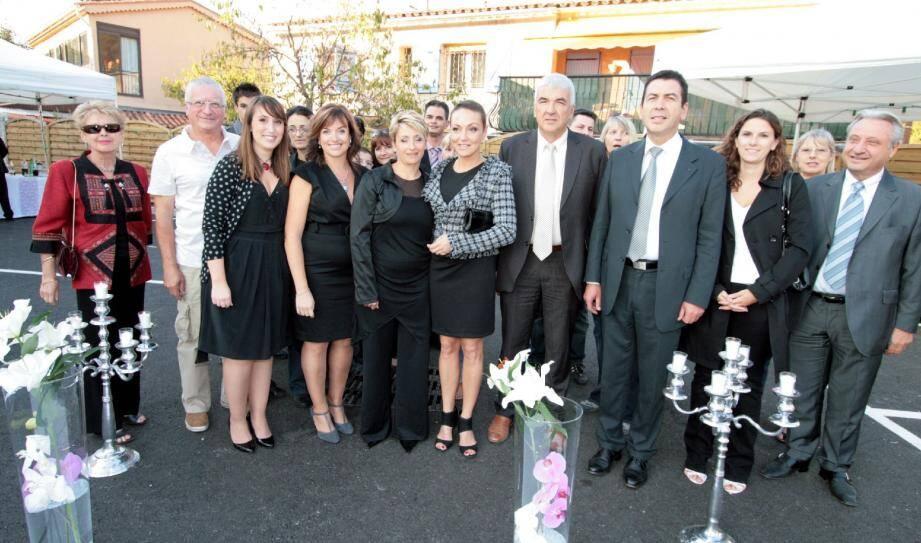 Les quatre jeunes créatrices du centre (au premier plan à gauche), entourées du sous-préfet et des élus. (Photo J.-P.B.)