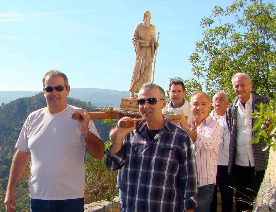 José et Marc Giacobi, porteurs de tête pour les trois tours de chapelle traditionnels.(Photos J.-M. M.)