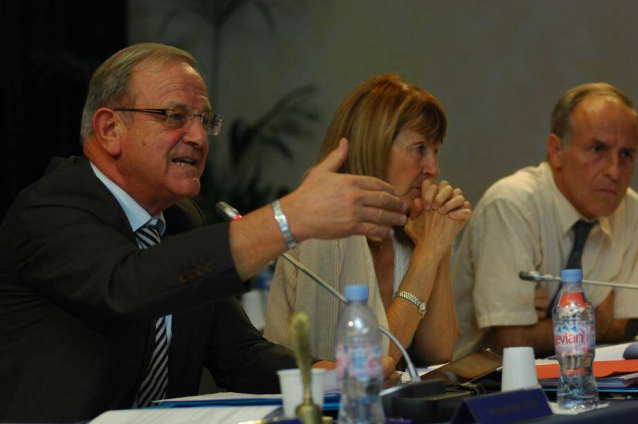 Jean-Pierre Leleux s'est expliqué sur la situation de la dette grassoise mais, une nouvelle fois, n'a pas convaincu ses opposants.(Photos Xavier Giraud)