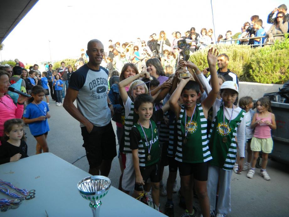 Les « Bras Cassés » de l'ERAA se sont adjugés le 4e Kid Athlétic, disputé sur leur stade du Fort Carré. Et c'est Stéphane Diagana (à gauche), champion du monde du 400 m haies, qui leur a remis le trophée.(DR)