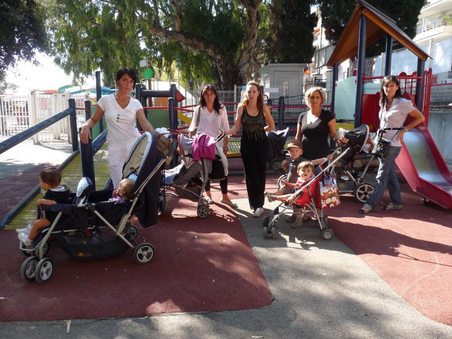 Sandrine, Clara, Dominique, Karine sont toutes dans le métier depuis une dizaine d'années. Mais elles en vivent aujourd'hui plus difficilement.(Photo J. B.)