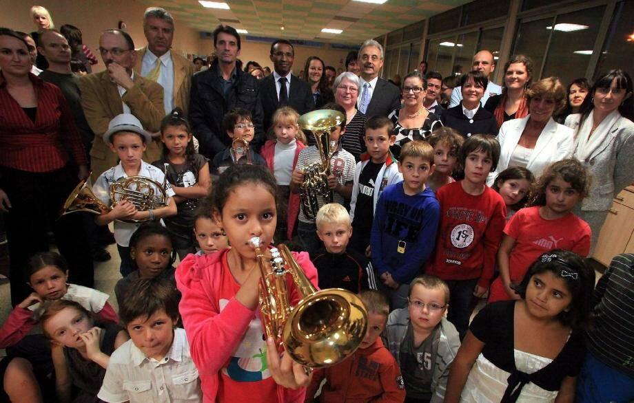 Les enfants de la classe orchestre ont reçu hier leurs instruments. Et il n'a pas fallu longtemps pour qu'ils essayent !(Photo Cyril Dodergny)