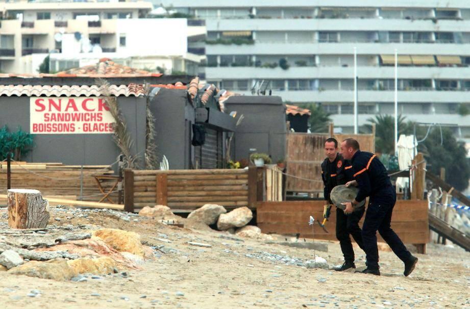 «L'objet» suspect était recouvert de galets. Un promeneur l'a découvert au beau milieu de la plage. (Photo Cyril Dodergny)