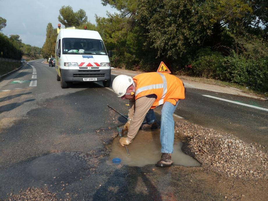 La Lyonnaise des Eaux a procédé à une intervention d'urgence hier après l'appel d'une automobiliste victime du trou dans la chaussée.(Photo P.C.)