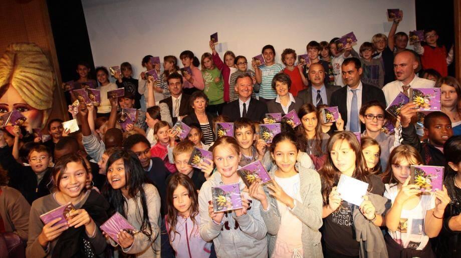 À l'amphithéâtre Garibaldi, 150 écoliers niçois ont reçu le CD-Rom sur le carnaval. Un bien agréable support qui donne envie d'apprendre.(Photo François Vignola)