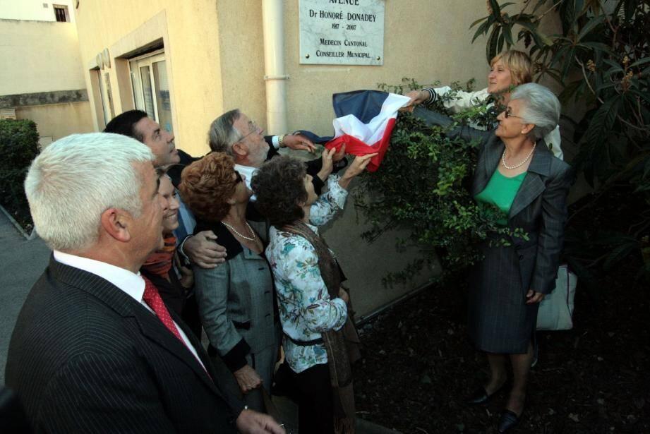 Les enfants du docteur Honoré Donadey ont dévoilé la plaque de la nouvelle avenue en hommage à leur père, en présence notamment du sous-préfet Nice-Montagne Raymond Floc'h. (Photo J.-P. B.)