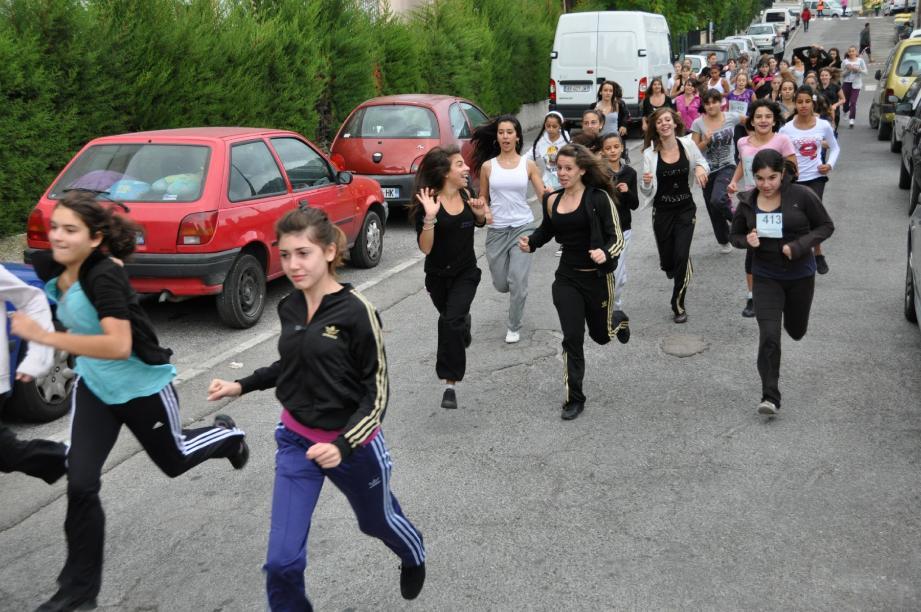 Les jeunes ont tout donné dans la course, et les associations de parents d'élèves ont, cette année encore, participé à l'encadrement de la manifestation.(Photo A. R.)