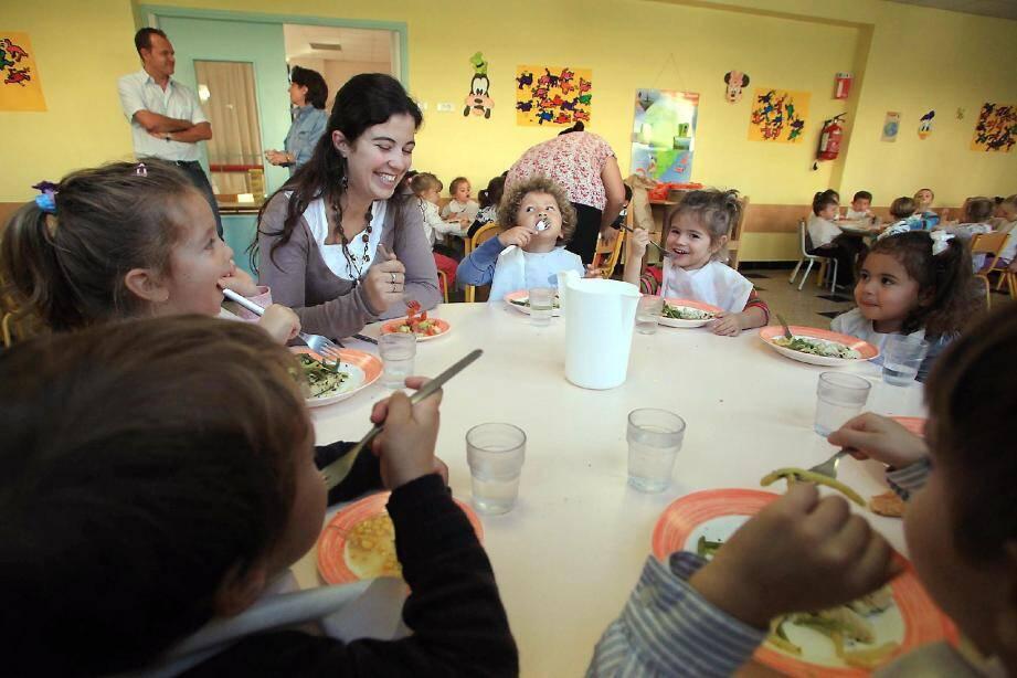 Environ 3 800 repas identiques sont servis chaque midi dans les 32 écoles cannoises, maternelles et primaires. Seules les quantités varient. Le prestataire Sogeres et la Ville veillent à ce que les menus soient équilibrés avec cinq composantes : entrée, plat protidique, accompagnement, fromage et dessert.