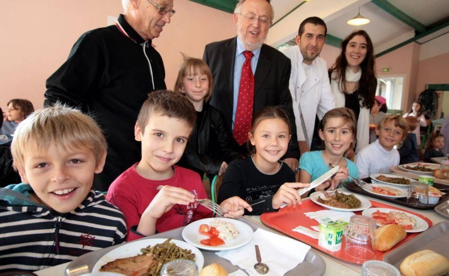 Le self du restaurant scolaire communal fait l'unanimité auprès des petits convives, qui apprécient les menus à thème. Ils ont reçu jeudi la visite des élus, du chef cuisinier et de la diététicienne. (Photos J.-P. B.)