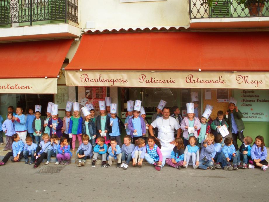 Les petits « chefs » devant la boulangerie-pâtisserie Mège, avec Yves Mège.