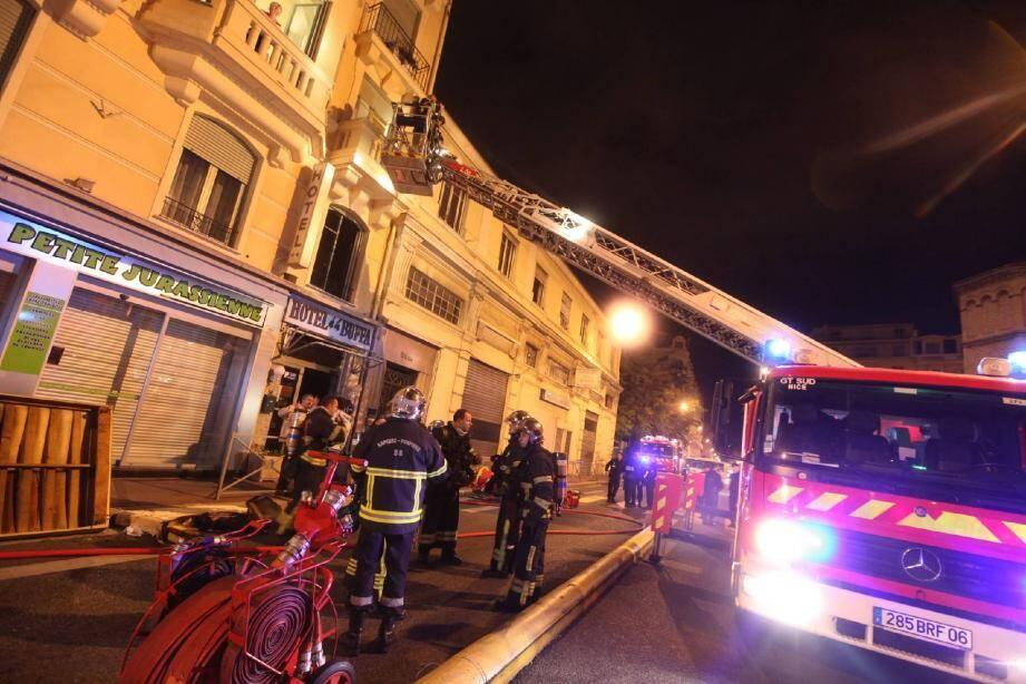 Les pompiers sont intervenus rue de la Buffa pour un feu de chambre, hier soir.(Photo Richard Ray)
