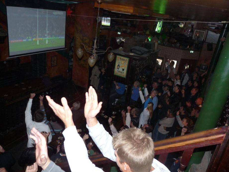 En deuxième mi-temps, les Français transforment un essai. Au pub Morrison's, la foule exulte. Hier matin, les supporters cannois y ont cru jusqu'au bout.(Photos A. C.)