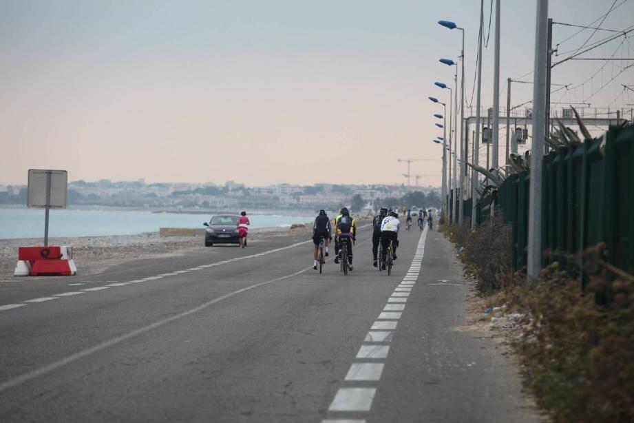 Un site superbe, le long de la grande bleue : le décor idéal pour la première opération « à pied ou en vélo » sur une partie de la RD 6098.(Photo Philippe Lambert)