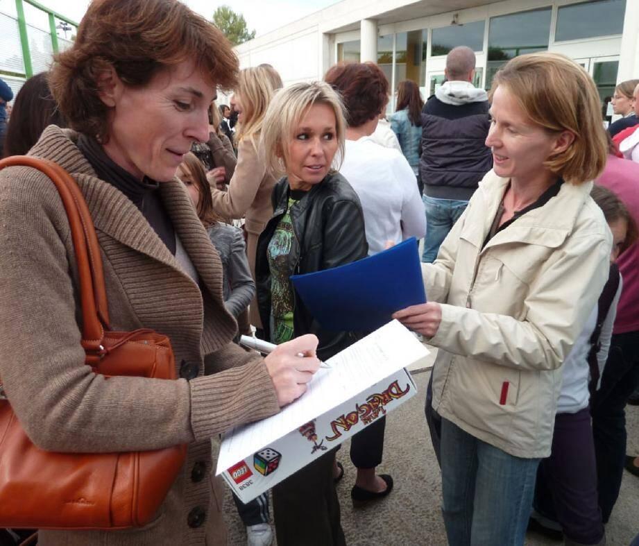 La FCPE Île Verte a fait signer à son tour une pétition à la sortie des classes.(Photo P.C.)